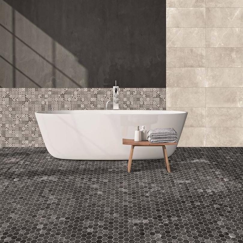 Mosaikplattor av keramik i badrum