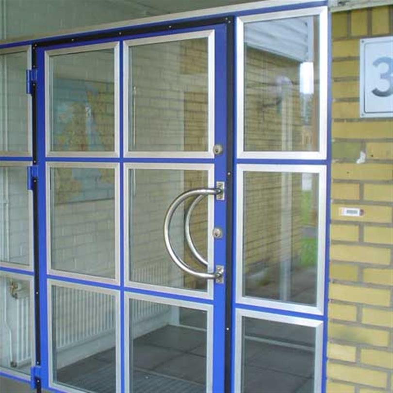 Slagport med trepartidörr, fönster med 2-glasförseglad ruta
