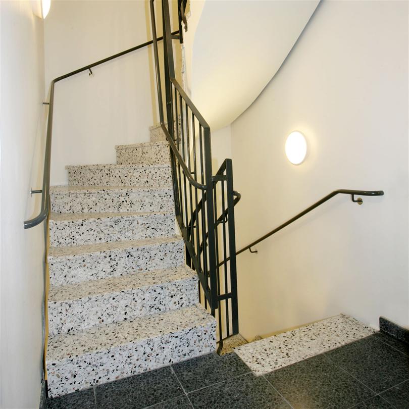 Svängd betongtrappa