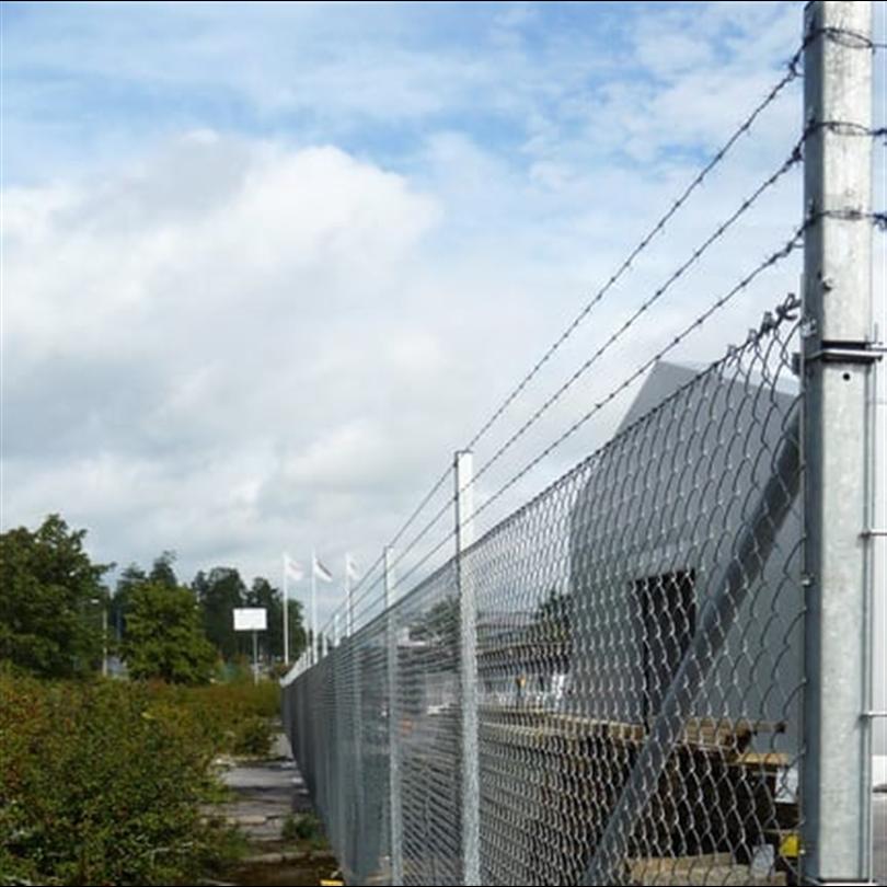 Heras varmförzinkat industristängsel, taggtråd och stolpar