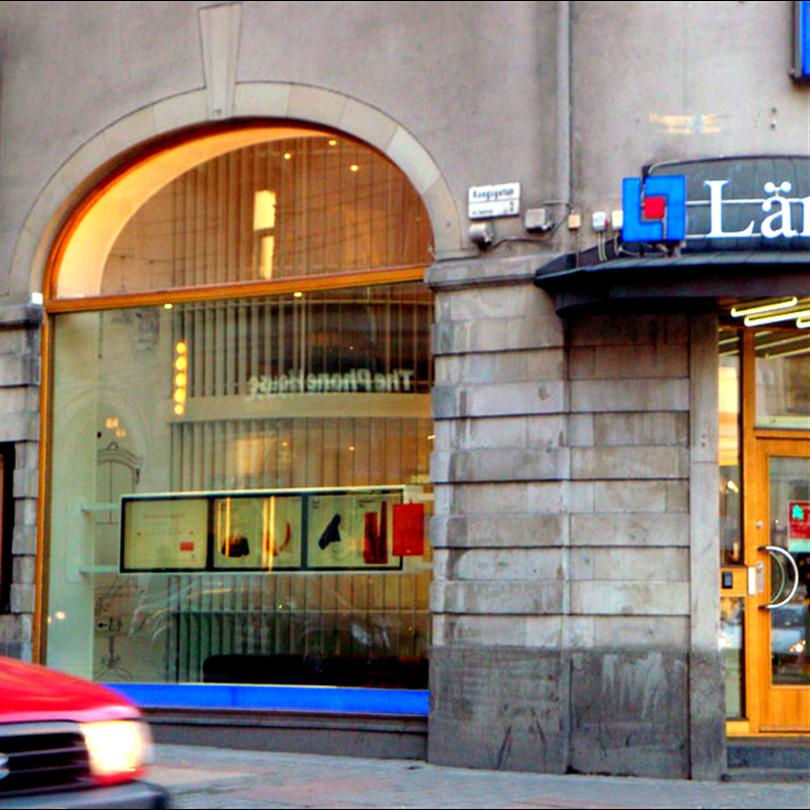 Entréparti och fasta fönster av ek. Stureplan, Stockholm