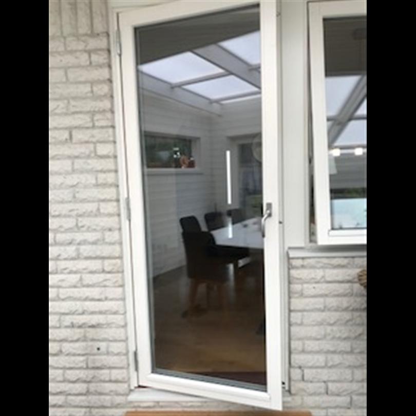 Fönsterdörrar ubfd, vitmålad med handtag