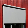 Persiennexperten Screen vertikalmarkis på röd träfasad