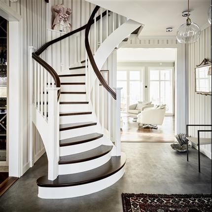 U-trappa Design Tradition med utsvängd start, mörbetsade ek steg och vitt Räcke typ Romantic