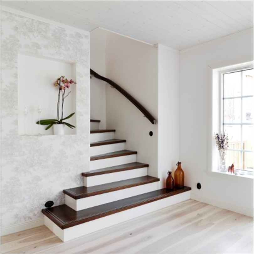 Design Ovanpåliggande med utvinklad trappstart. Steg i betsad bok med infrästa metallskenor