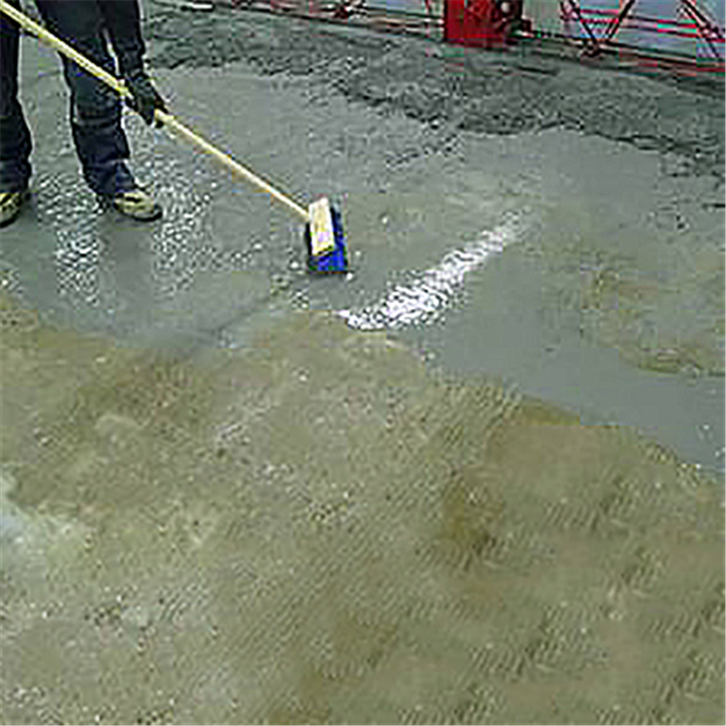 Lindec Herkulit® Primer borstas ut på betongyta