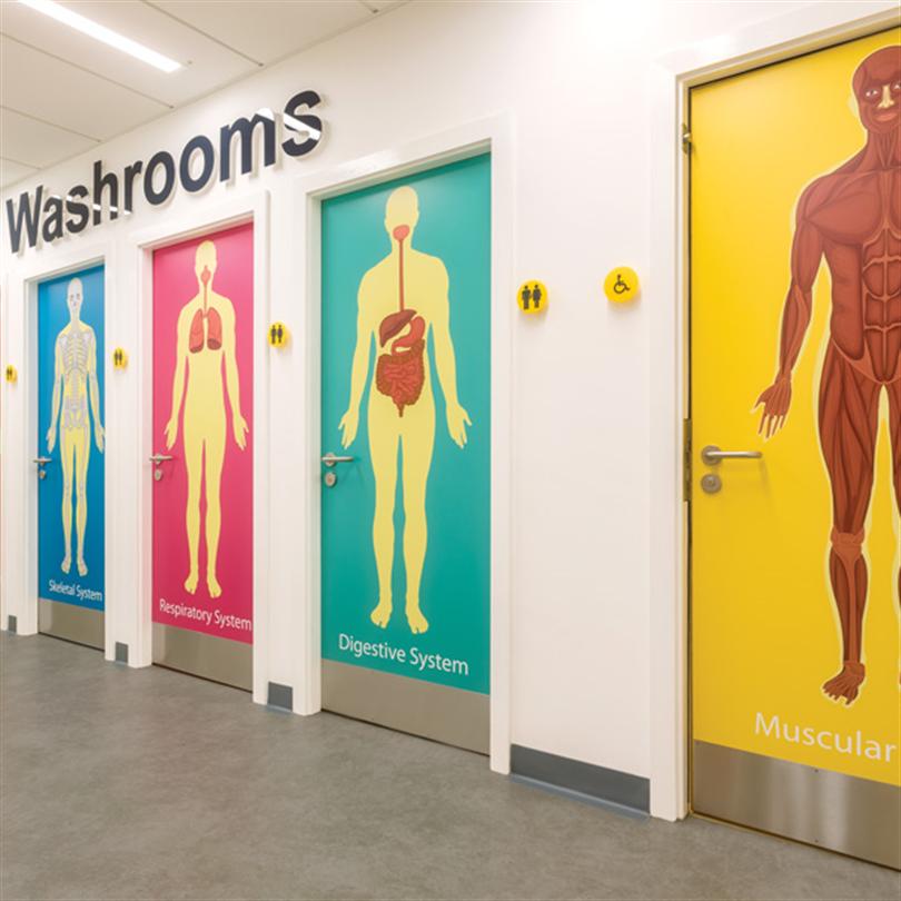 Formica Group Younique® dekorlaminat på toalettdörrar