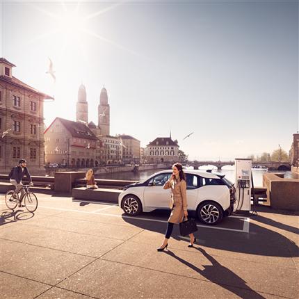 Laddstationer med snabbladdare och normalladdare för elbilar