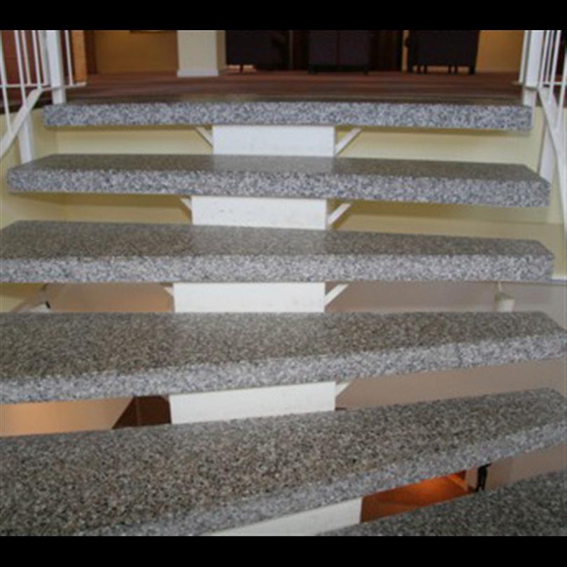 Terrazzosteg för ståltrappor med bärande centrumplåt