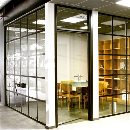 FLEX innerdörr Glassdoor i GlassLine Factory helglasad systemvägg