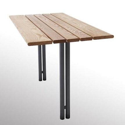 Budget bord i ek och stålrör.