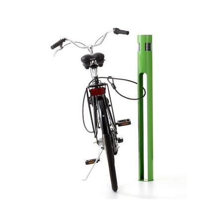 Solcellspollaren har en solcellsinsats med LED-belys-ning och rörelsedetektor, som driver sig själv. Den tänds för förbipasserande och för cyklister som ska parkera sin cykel, vilket skapar trygghet i stadsmiljön.