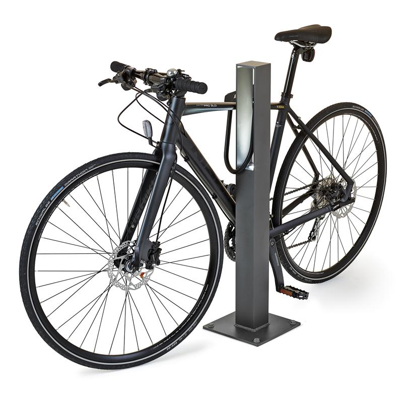 Blenda är en enkel cykelpollare tillverkad i pulverlackerad aluminium. Finns med inbyggd LED-belysning som underlättar vid parkering.
