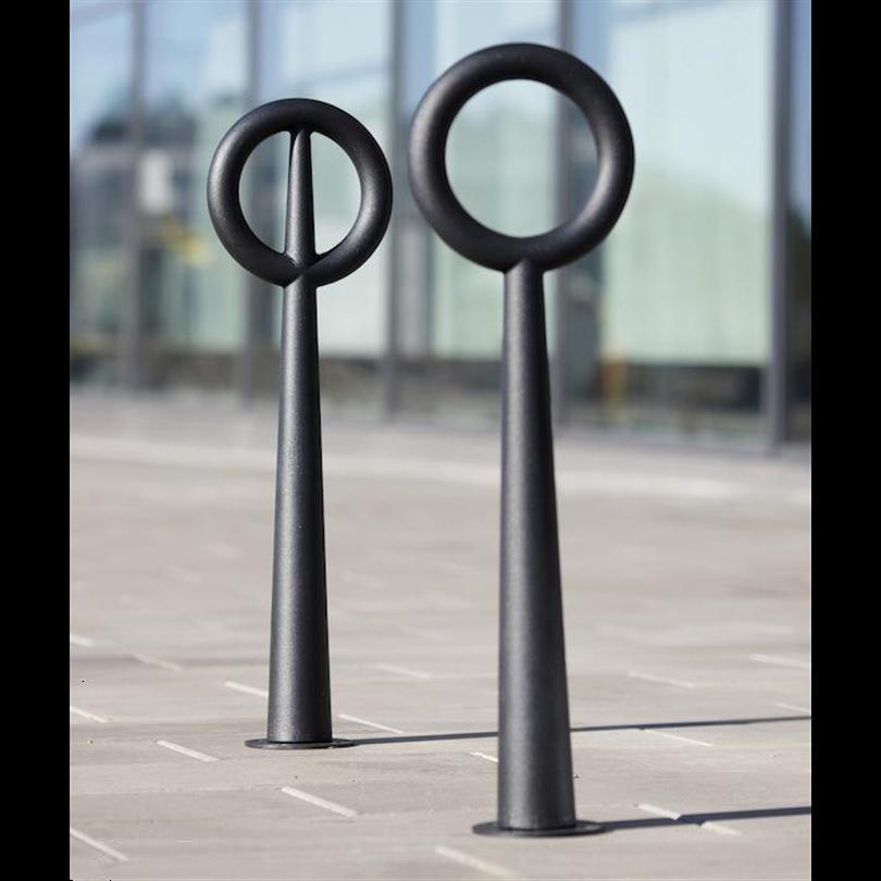 Hoop cykelpollare i sandgjuten aluminium i mörkt antracitgrå. Produktdesign Broberg & Ridderstråle