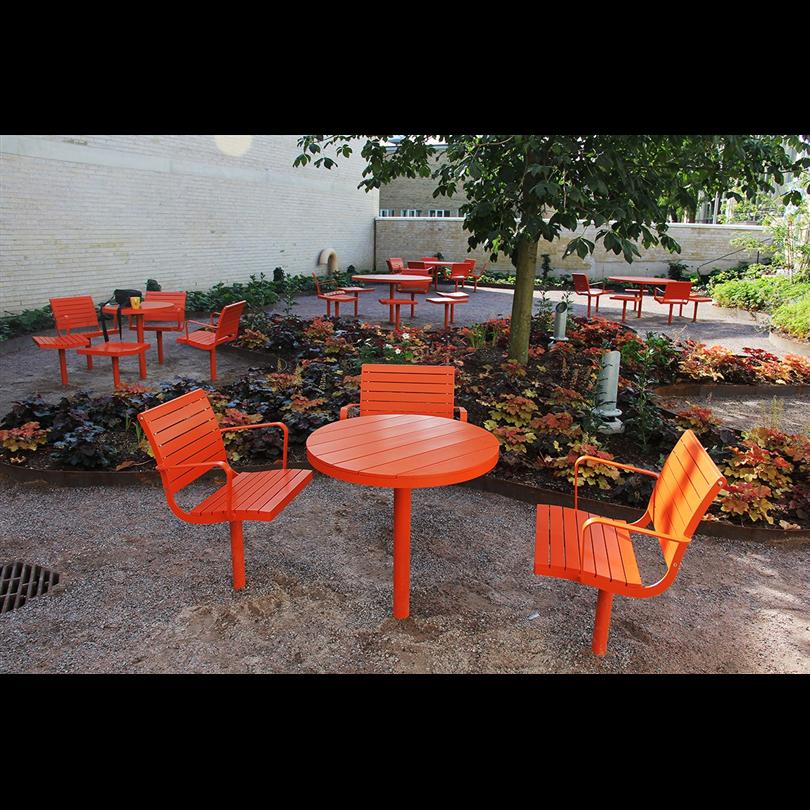 Parco är en generös möbelgrupp som består av bord, soffa, bänk, fåtölj, taburett och barnstol. Fåtölj, taburett och barnstol finns med praktisk snurrfunktion. Serien går utmärkt att kombinera och bultas enkelt mot underlag eller gjuts i mark.