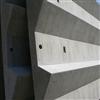 Gradäng i armerad betong bildar läktare på idrottanläggningar.