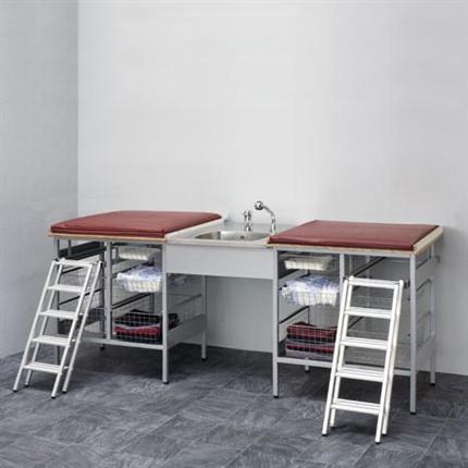Budget, Skötbord med 10 st trådkorgar, tvättbänk i mitten, blandare, madrass och trappa på båda sidor