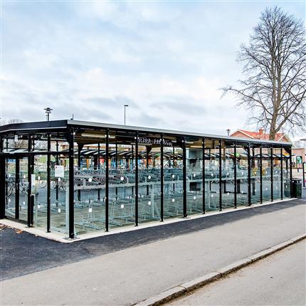 cykelgarage i glas, cykelställ i två våningar