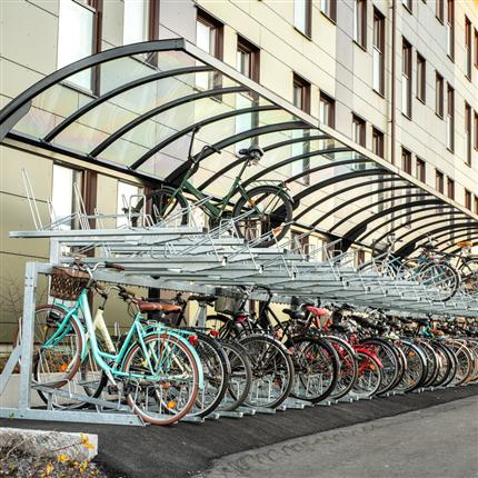 högt bågformat cykeltak, cykelställ i en eller två våningar