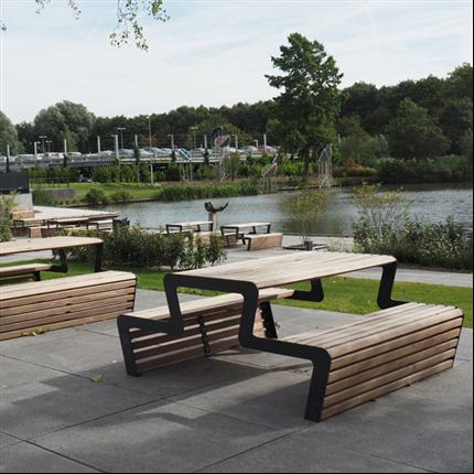 Picknick-bord i trä, utan rygg, i parken