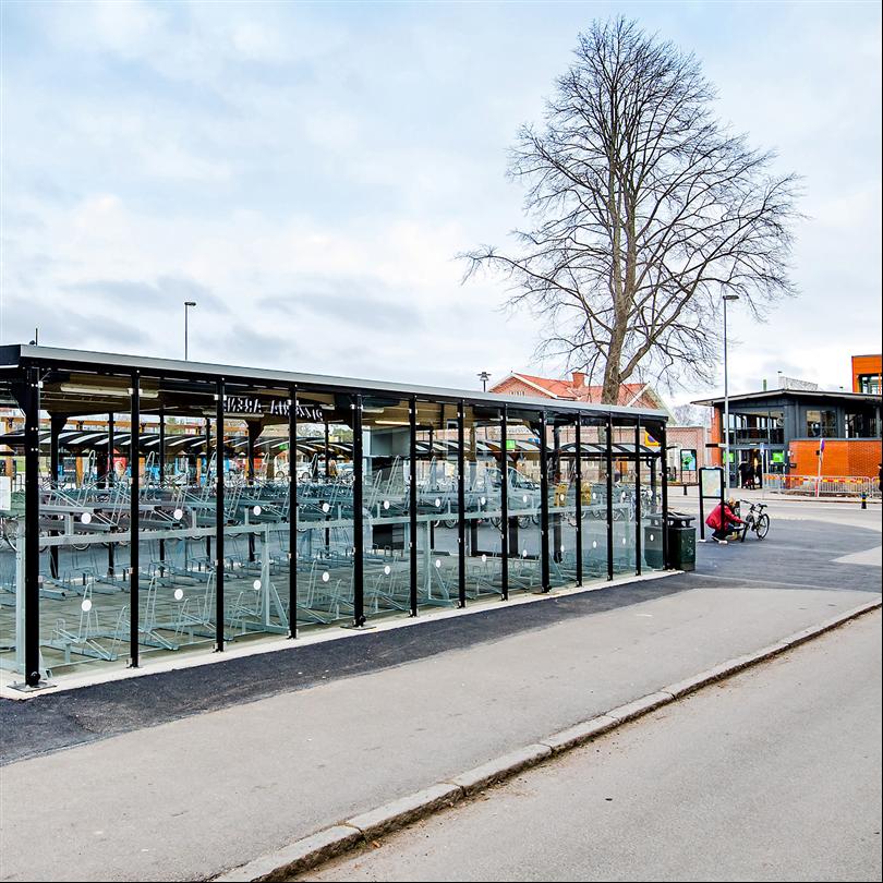 cykelgarage i glas med cykelställ i två våningar
