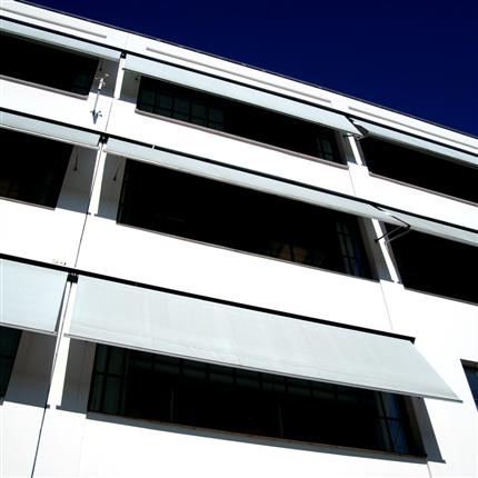 Fönstermarkis för större fönsterpartier, extra kraftiga fallarmar