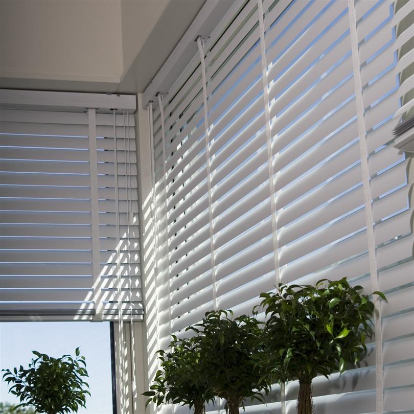 Inomhus persienner av aluminium, frihängande utanpå fönsterkam