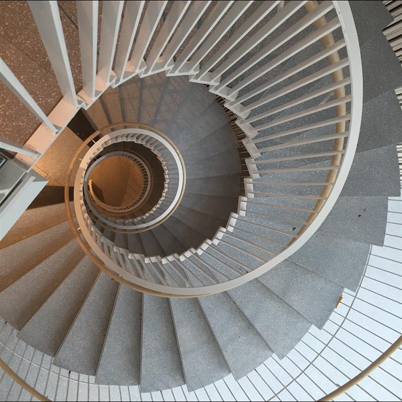 Andersson & Ågrens spiraltrappa med terrazzobeläggning