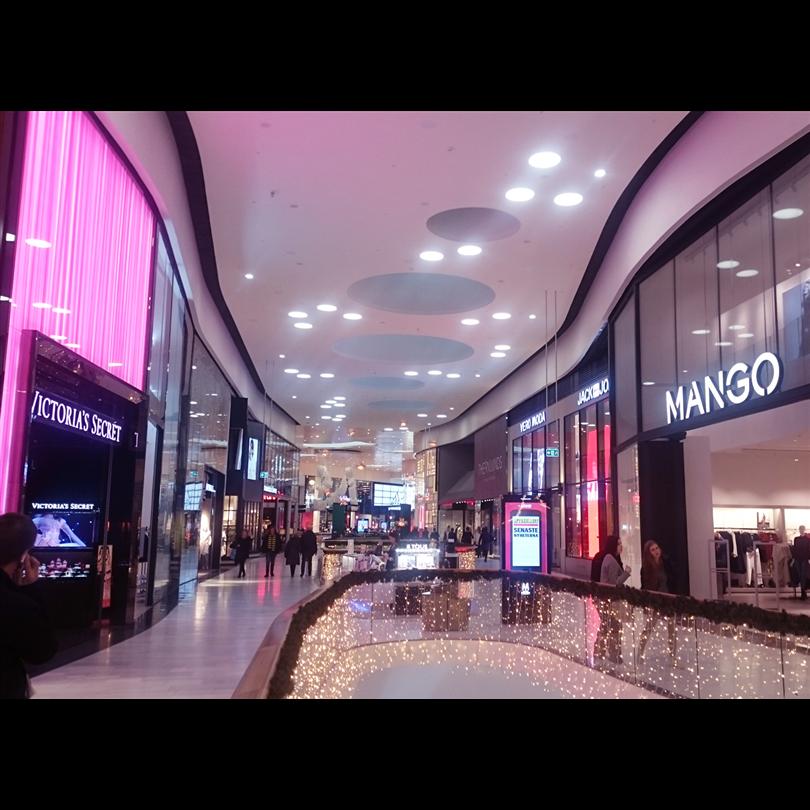 Specialdesignade radiesvängda vertikalplåtar, Mall of Scandinavia