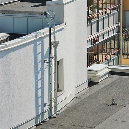 Weland fasadstege mellan två tak