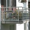 Weland balkongräcke, med frontbeklädnad av glas och liggande dekorlister