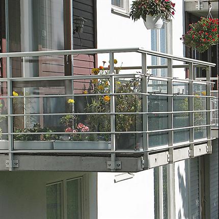 Räcke med frontbeklädnad av glas och liggande dekorlister