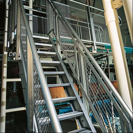 Rak trappa av aluminium med en anodiserad yta, strängpressade aluminiumprofiler