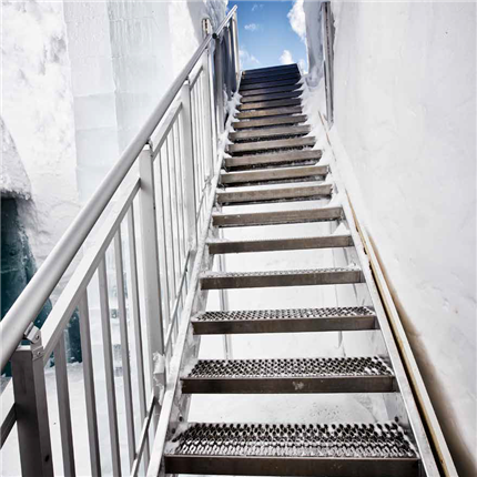 Rak trappa med halkfri gallerdurk, icehotel, jukkasjärvi