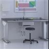 Constella MedicLine arbetsbord 946 med rostfri bänkskiva och uppvikt bakkant