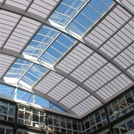 Ålderbeständigt och slagtåligt dagsljustak, ljusgenomsläppligt och formbart tak