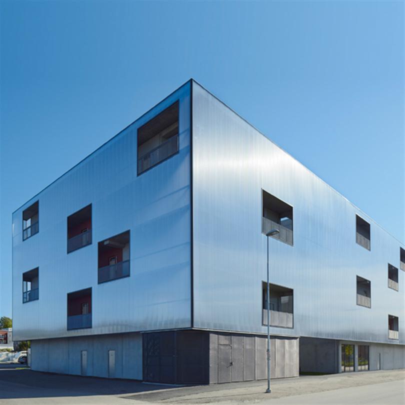 Isolerat fasadsystem, semitransparanta kanalplastpaneler