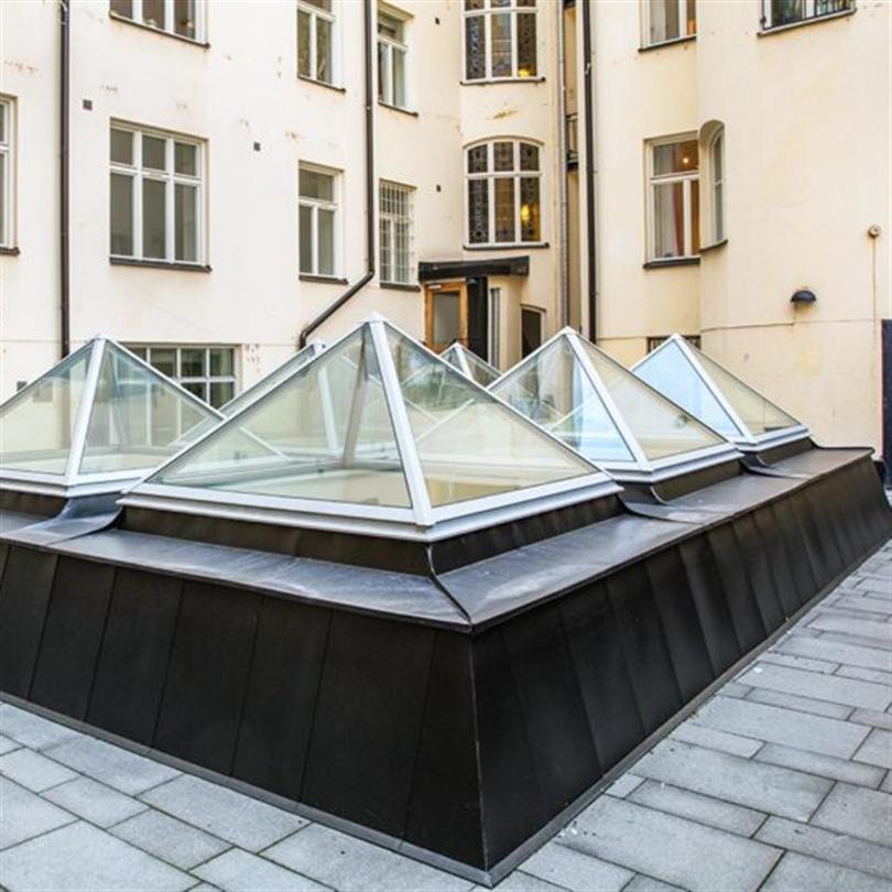 Isolerande glaspyramider på Jungfrugatan, generöst ljusinsläpp, laminerat energiglas