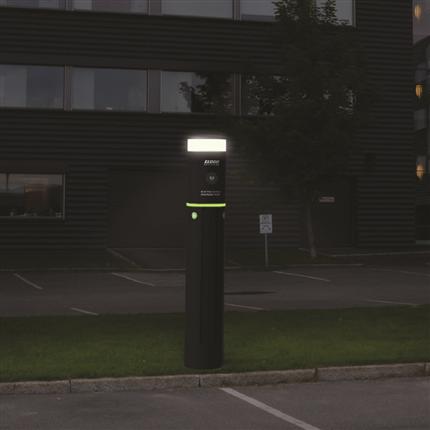 Eco One Smart laddstolpe i mörker