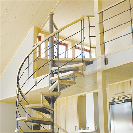 Spiraltrappa med trästeg, för inomhusmiljöer, räcke av stål