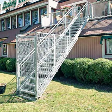 rak ståltrappa, utomhus, med stålbur