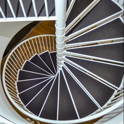 Spiraltrappa av gjutjärn, steg med textilmatta, lackerad vit