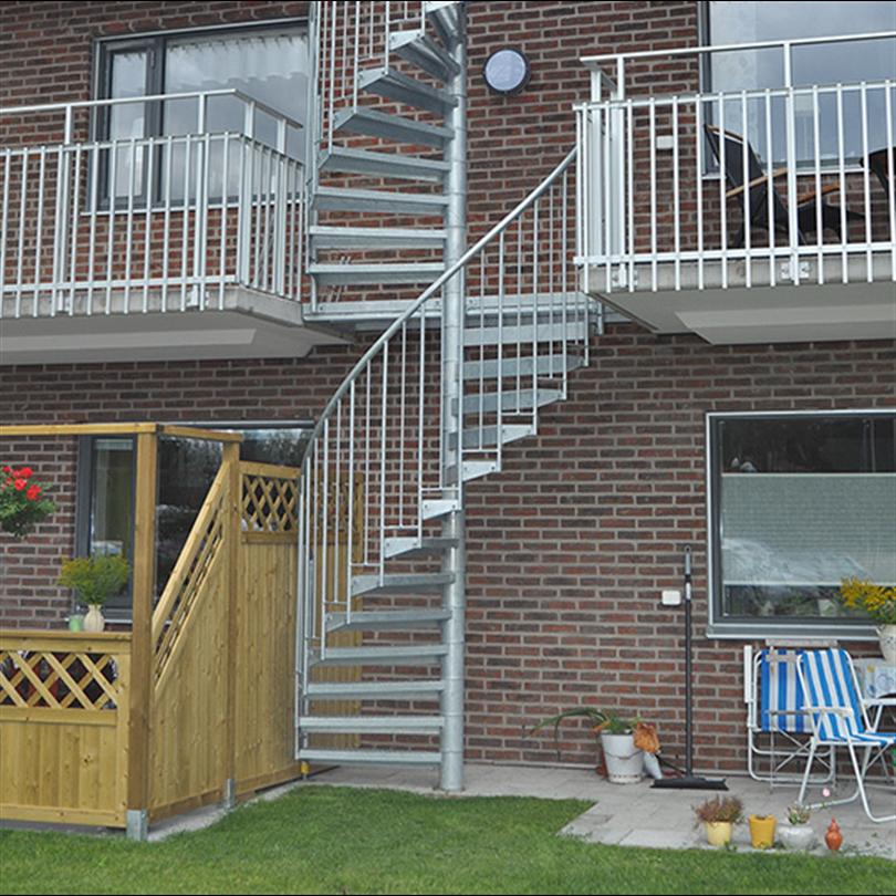 Spiraltrappa av stål som utomhustrappa, ståltrappa med rund bottenplatta