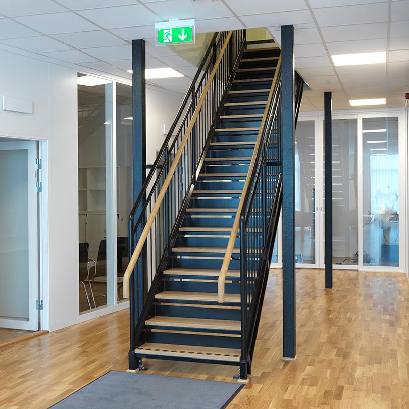 Rak trappa med rundstångsräcke