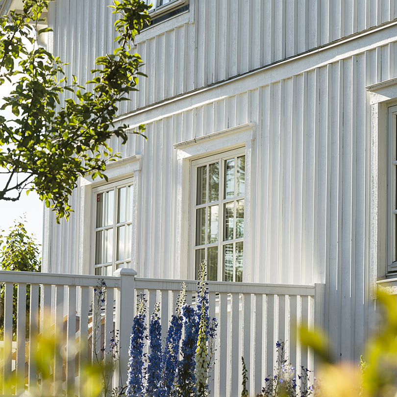 vitt hus gavel grönska