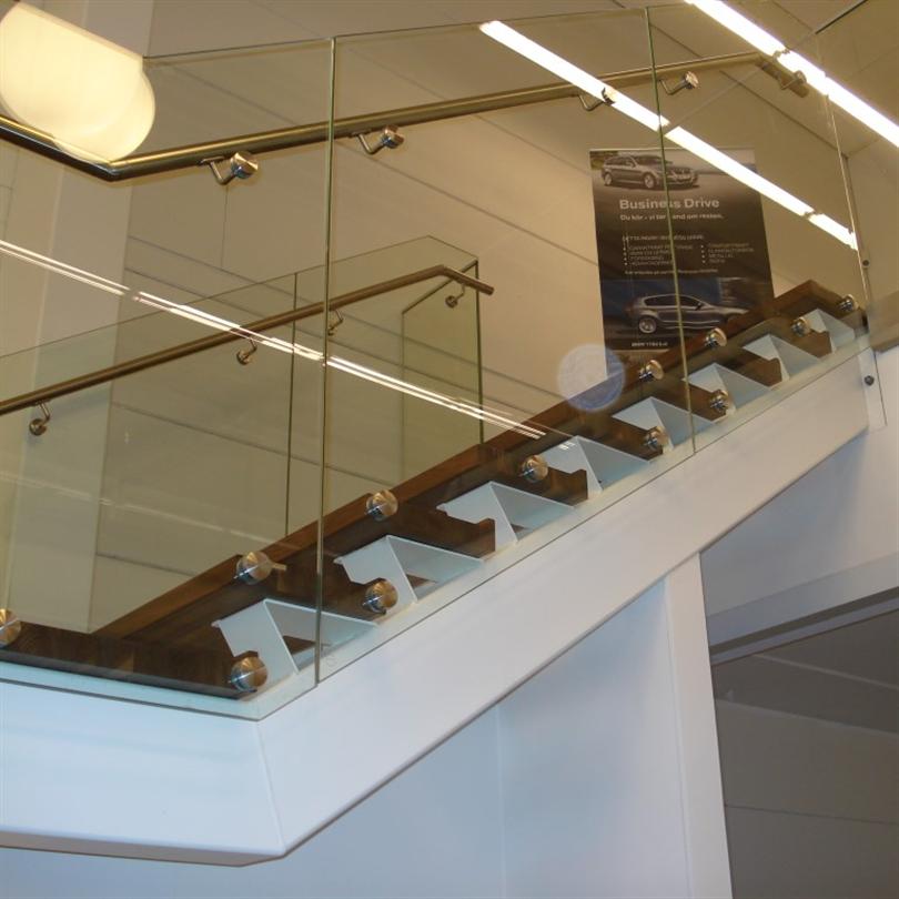 Vytab Kolsnaren rak trappa, dubbla underliggande vangstycken, fix-point glasräcke