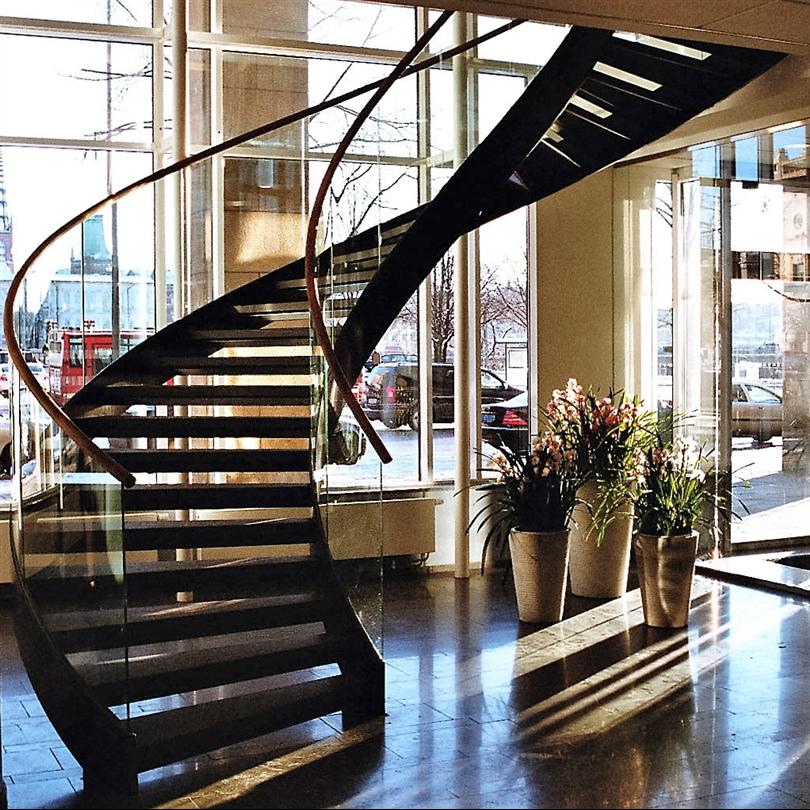 Vytab Vindeltrappa med trästeg och glasräcke