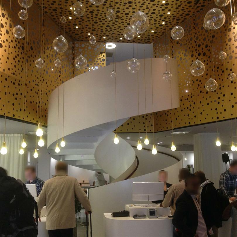 Vytab Vindeltrappa med sidomonterat räcke av plåt och läderlindad handledare, Nordic Sea Hotel, Stockholm