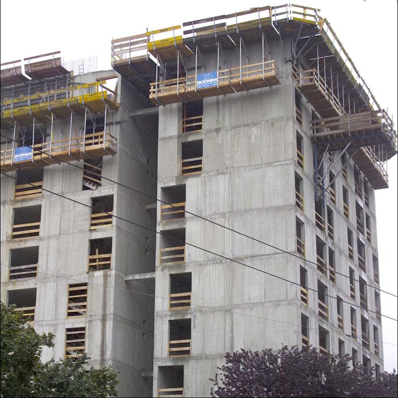 klätterform på byggnad, säkert arbete, styrs med arbetskonsol