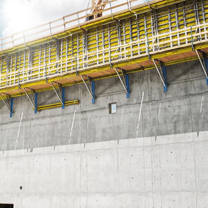 Kranhanterad klätterform för konstruktioer med alla former och höjder, styrda arbetscyklar